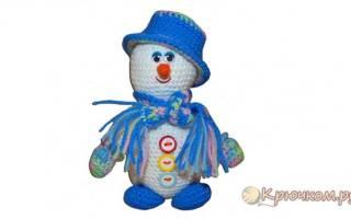 Снеговик своими руками вязаный крючком. Красивый вязаный снеговик крючком к Новому году. Красивый вязаный снеговичок. Мастер-класс