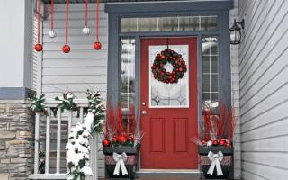 Как украсить дверь на новый год оригинально. Как украсить дверь на новый год своими руками