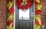 Как украсить входную дверь на новый год. Украшение двери к новому году своими руками