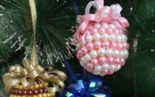 Игрушки из бисера своими руками. Изящная короткая подвеска. Объемные игрушки из бисера на Новый год